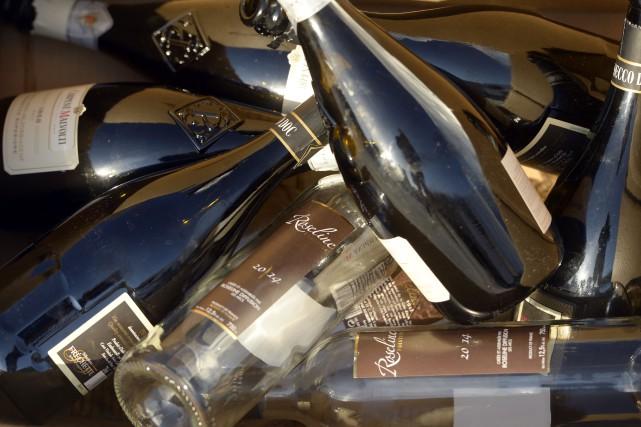 Des bouteilles de vin vides au parlement pour réclamer la consigne