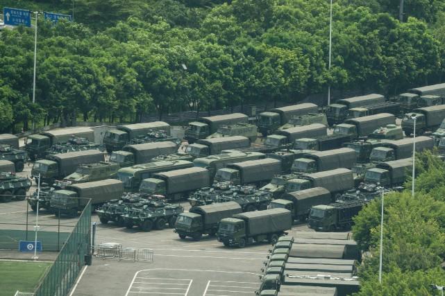 Hong Kong: troupes chinoises à la frontière, Trump s'implique