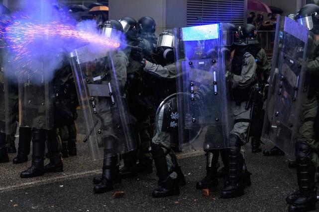 Hong Kong: la police défend sa réaction face à des manifestants «violents»