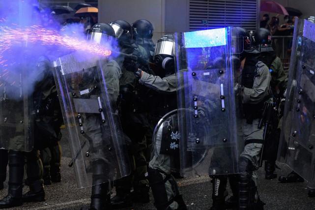Hong Kong: la police défend sa réaction face aux manifestants «violents»