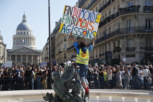 France: un samedi de manifs à risque, plus de 100interpellations à Paris