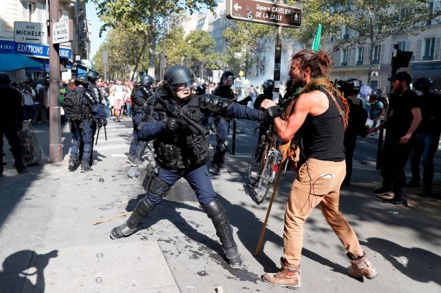 Incidents et interpellations à Paris en marge de plusieurs manifestations