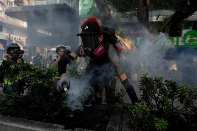 HongKong: la police défiée après l'agression de deux militants