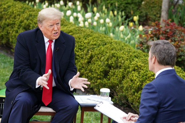 Trump impatient de lever les restrictions malgré l'accélération des décès aux États-Unis