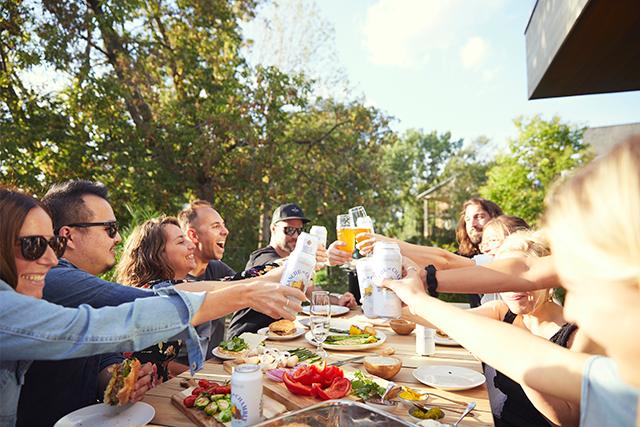 Menu, musique, décor, ambiance : chaque petit détail rend un souper entre amis...