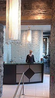 Derrière le comptoir de la réception, un mur...
