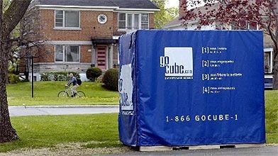 Les cubes sont déposés devant la maison des...