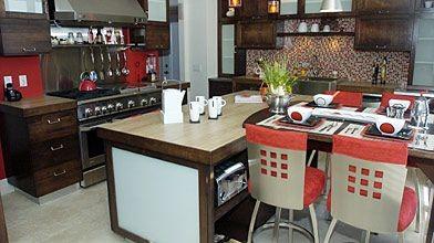 Dans la cuisine, où les surfaces de travail...