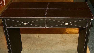 Table imitation cuir surpiqué, 129 $ chez Fly....