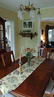 Chez les Larose, la salle à manger, élégante...