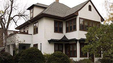 C'est rare de trouver des maisons au revêtement de stuc du début du XXe siècle...