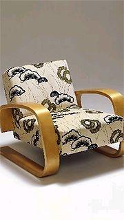 Reconnue pour ses sièges en contreplaqué, la marque...