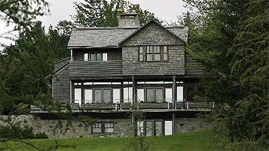 La vaste demeure se dresse au sommet d'une...