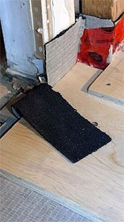Un assemblage de contreplaqué repose sur une membrane...