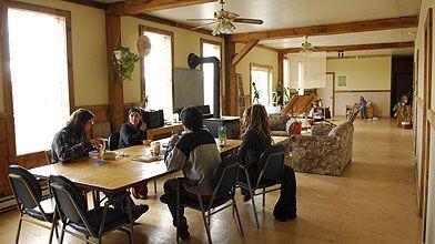La salle communautaire de l'auberge de l'écovillage du...