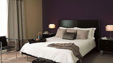 Une tête de lit Violet cosmique jouxte un...