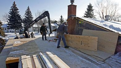 Des ouvriers travaillent à ériger un deuxième étage... (Photo archives La Presse)