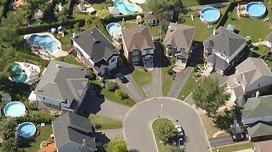 La prolifération des piscines en banlieue, une belle...