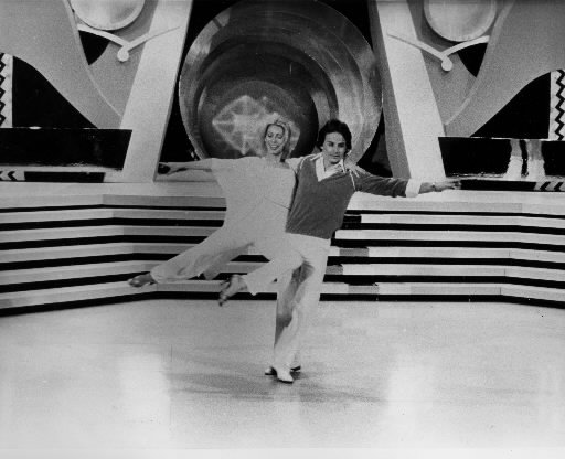 Gilles Villeneuve exécute une petite danse avec Patsy Gallant lors d'une émission de variétés. | 1 mars 2011