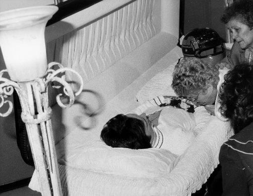 La mère de Gilles Villeneuve, Georgette, pleure le décès de son fils en mai 1982. | 1 mars 2011