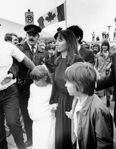 Joann Villeneuve accompagnée de sa fille Mélanie et de son fils Jacques aux funérailles de son mari Gilles. | 1 mars 2011