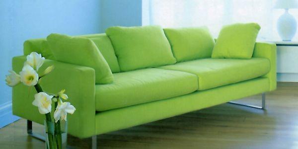 Des rideaux marron ornent les fenêtres du salon. Un canapé bleu électrique...