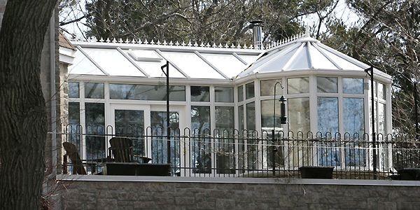 Ce petit château de verre rehausse cette demeure... (Photo Robert Skinner, La Presse)