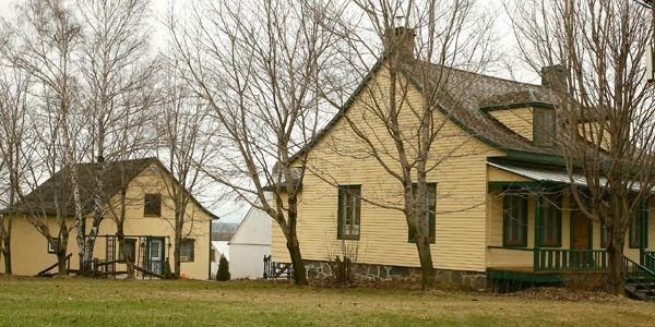Maison québécoise avec son fournil à l'arrière.... (Photo Raynald Lavoie, Le Soleil)