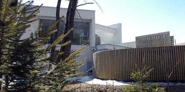 La maison est tapie entre un boisé et... (Photo Érick Labbé, Le Soleil)