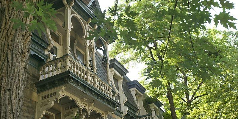 Ce balcon de bois tourné est situé au... (Photo David Boily, La Presse)