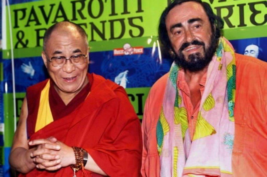 Luciano Pavarotti en compagnie du Dalaï Lama avant le concert Pavarotti & Friends pour le Cambodge et le Tibet. | 1 mars 2011