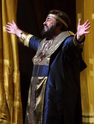 Luciano Pavarotti salue la foule après une représentation de l\'opéra «Aida» au Metropolitan Opera de New York. | 1 mars 2011