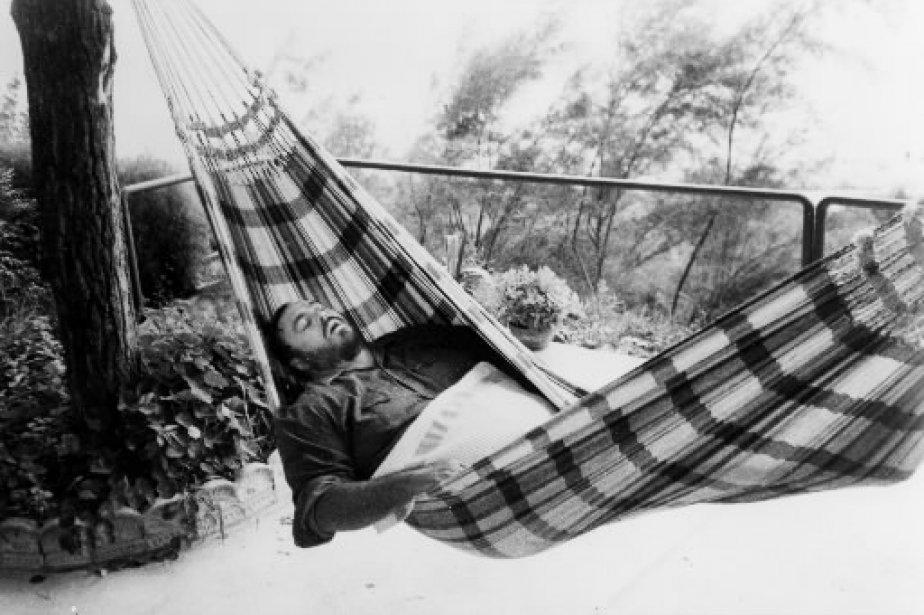 Luciano Pavarotti relaxe dans un hamac. | 1 mars 2011