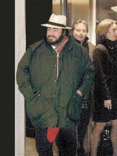 Luciano Pavarotti à son arrivée à l\'aéroport de Dorval en vue de son spectacle à Montréal en 2002. | 1 mars 2011