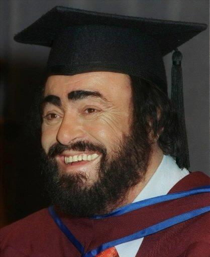 Le 12 février 1999, Luciano Pavarotti reçoit un doctorat honoris causa de l\'université McMaster, à Hamilton. | 1 mars 2011