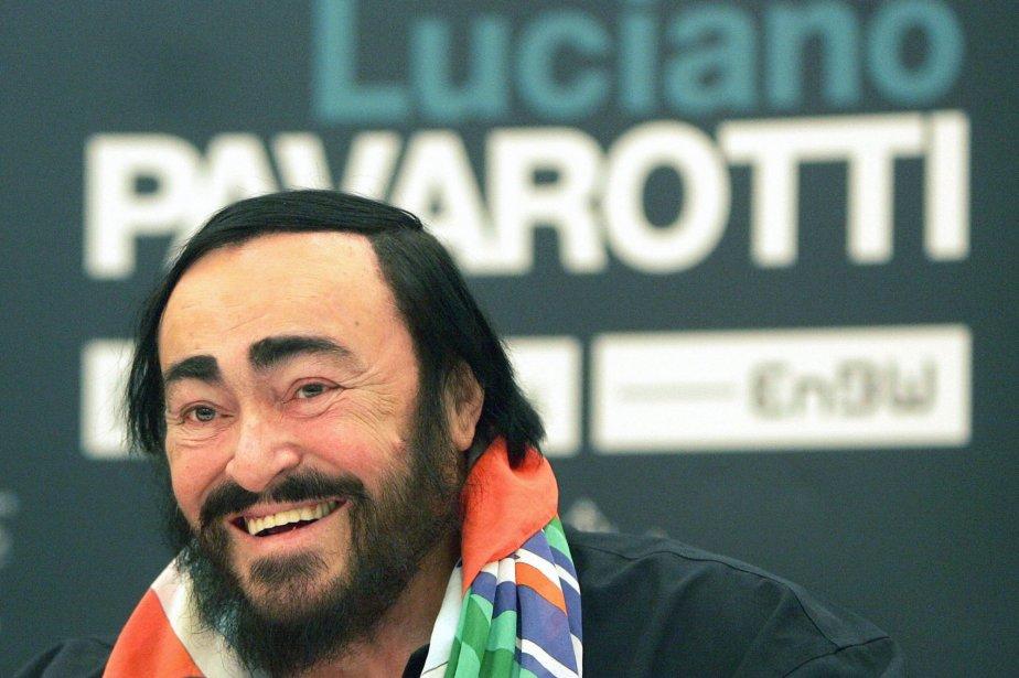 Luciano Pavarotti durant une conférence de presse à Stuttgart, en... | 2011-03-01 00:00:00.000