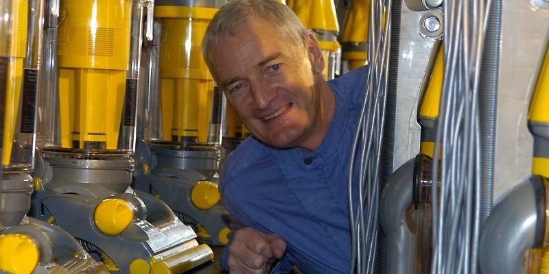 L'ingénieur James Dyson et son invention l'aspirateur cyclonique... (Photo Rémi Lemée, archives La Presse)