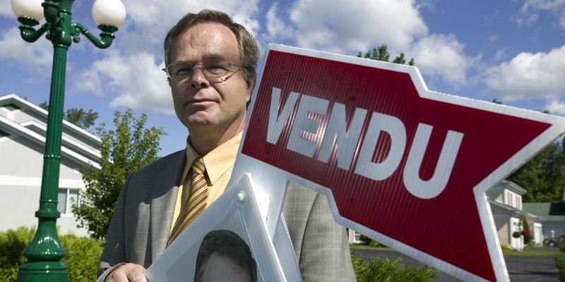 L'agent Daniel Côté de La Capitale devant un... (Photo David Boily, archives La Presse)