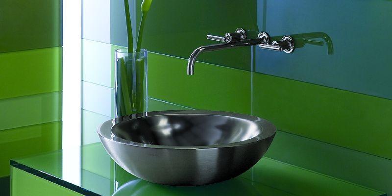 Une salle de bains rayée bleu et vert... (Photo fournie par Kohler)