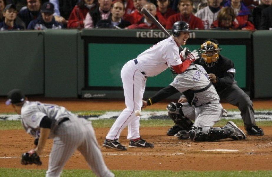 J.D. Drew est atteint par un tir d\'Ubaldo Jimenez en deuxième manche. | 1 mars 2011