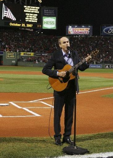 James Taylor a chanté l\'hymne national avant la rencontre. | 1 mars 2011