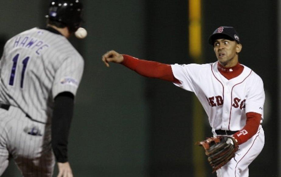 Julio Lugo lance au premier but pour compléter un double-jeu. | 1 mars 2011