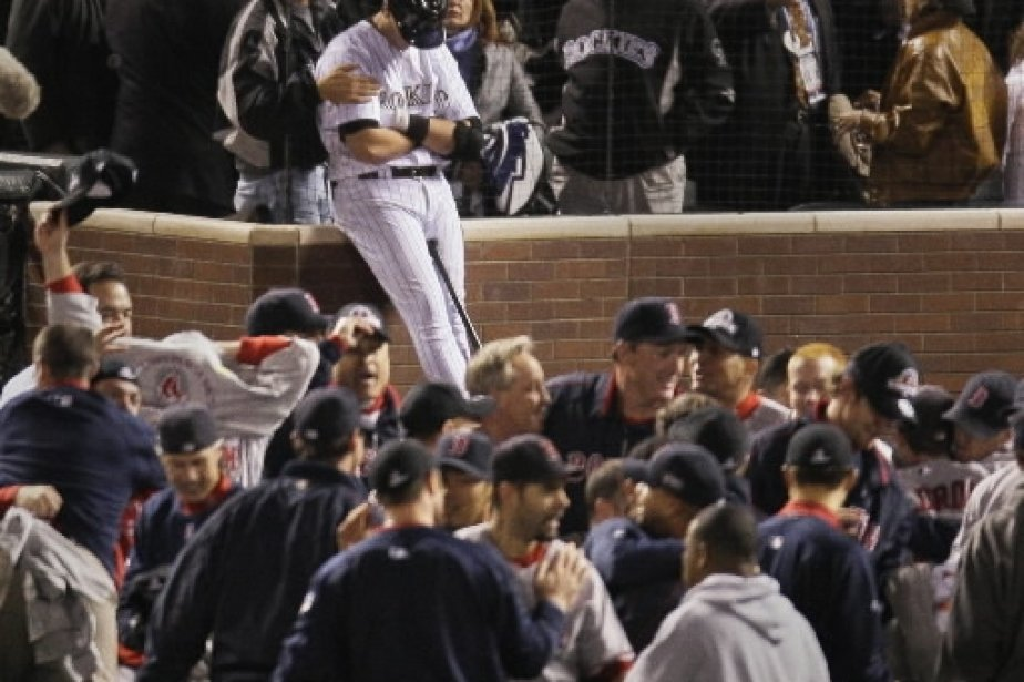 Troy Tulowitzki des Rockies du Colorado est inconsolable au milieu des célébrations. | 1 mars 2011