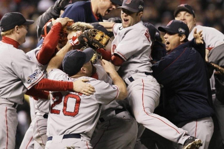 Les joueurs des Red Sox entourent Jonathan Papelbon qui a fermé les livres. | 1 mars 2011