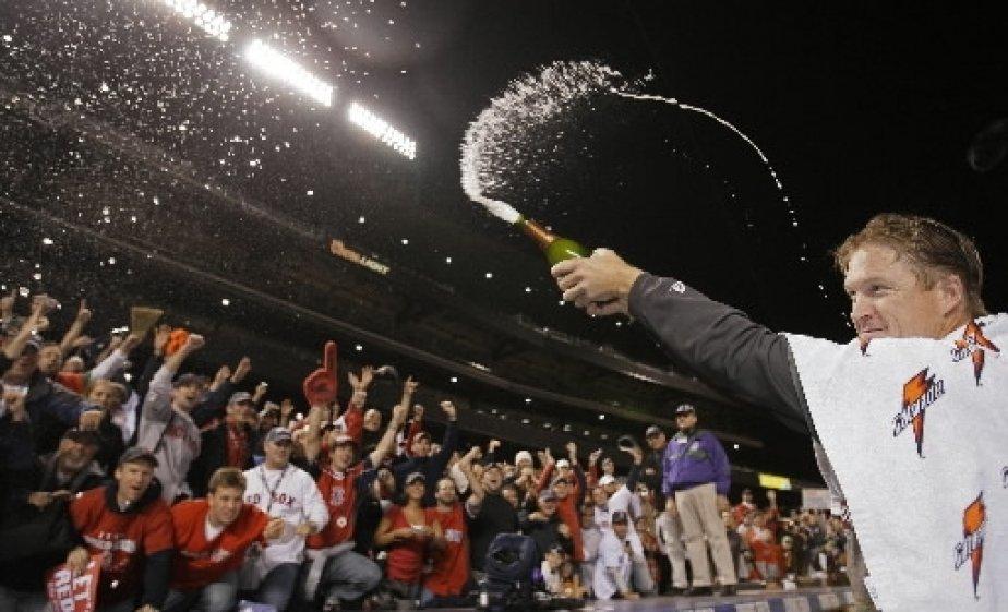 Le releveur Mike Timlin arrose la foule avec du champagne. | 1 mars 2011