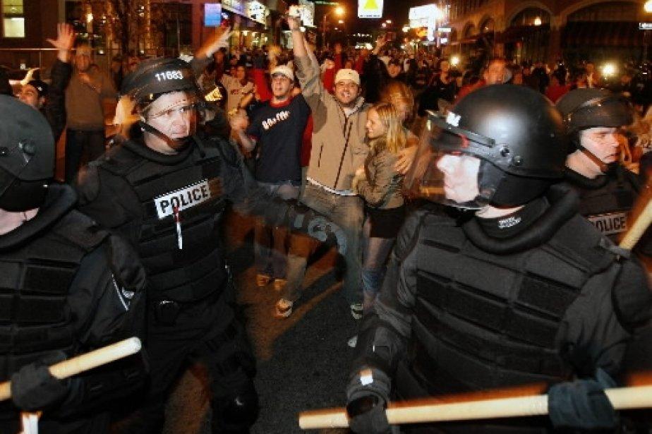 Pendant ce temps à Boston, les policiers tentent de mettre fin aux échauffourées. | 1 mars 2011
