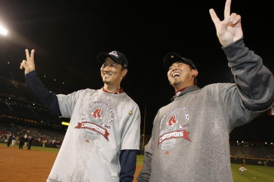 Les deux lanceurs japonais des Red Sox célèbrent ensemble. | 1 mars 2011