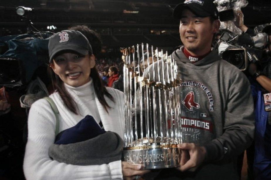 Daisuke Matsuzaka tient le trophée avec son épouse. | 1 mars 2011