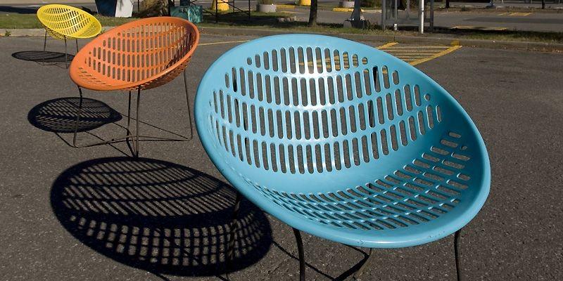 Les chaises <i>Solair</i>, en plastique de couleur vive,... (Photo Ivanoh Demers, La Presse)
