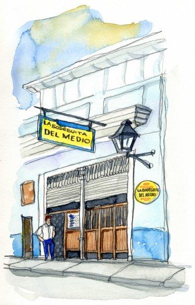 Véritable institution, la Bodeguita était le pub préféré d'Ernest Hemingway lors de son séjour à La Havane. Sur un de ses murs, une affiche écrite de la main du célèbre auteur où on peut lire: « Mon mojito à la Bodeguita, mon daiquiri à la Floridita». Les touristes y abondent et les flashes crépitent. | 1 mars 2011